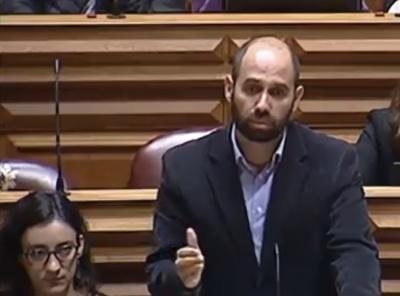 Pedro Filipe Soares no Parlamento Nacional. Imagem da ARTV